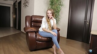 Solo girl Elina De Leon takes off her jeans relative to play exceeding a latibulize chair